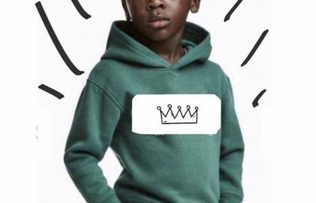"""הצגה של H&M: ילד שחור בקפוצ'ון עם הכיתוב """"קוף"""""""